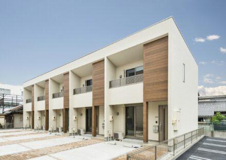 名古屋市北区の2階建て木造賃貸アパートの木目のパネルが貼られた外観デザイン