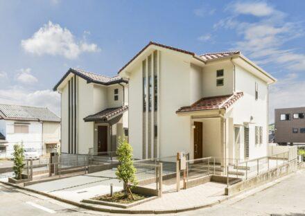 愛知県日進市の戸建賃貸住宅の植栽があり三角屋根のかわいい外観デザイン