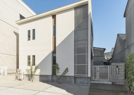 名古屋市北区の注文住宅のすっきりしたデザインの外観と玄関