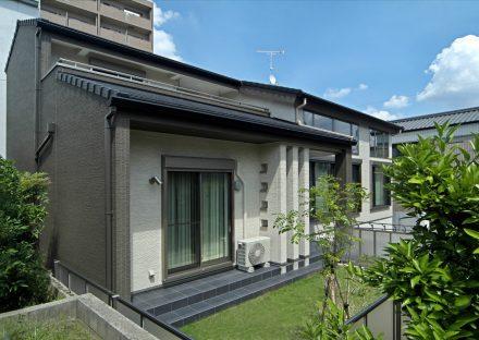 愛知県豊田市の注文住宅の芝生と新築住宅の写真
