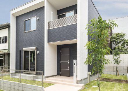 名古屋市天白区の戸建賃貸住宅の緑に囲まれたダーク色のモダンな建物が映えるデザイン