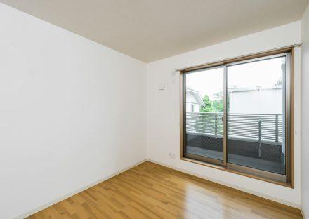 名古屋市天白区の戸建賃貸住宅のベランダが付いた洋室