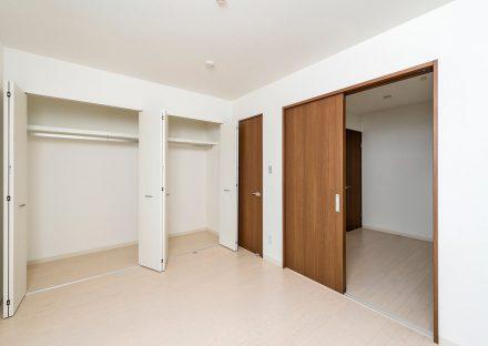 名古屋市熱田区の戸建賃貸住宅のクローゼットが二つ並ぶ洋室