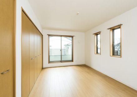 名古屋市北区のメゾネット賃貸アパートのたっぷりと収納付いた洋室