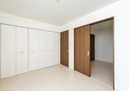 名古屋市熱田区の戸建賃貸住宅の壁1面が収納になっている洋室
