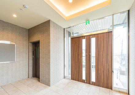 名古屋市緑区の賃貸マンションの天井が高く明るいエントランスホール