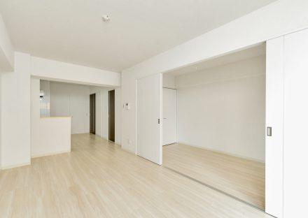 岐阜県岐阜市の賃貸マンションの白を基調とした合わせて使えるLDK&洋室