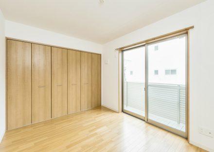 名古屋市西区の戸建賃貸のバルコニー付きクローゼット付洋室