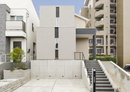 愛知県長久手市の注文住宅の駐車場の上に建物がある外観デザイン