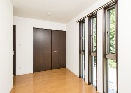 愛知県日進市の戸建賃貸住宅の3つの窓が並ぶ明るい洋室