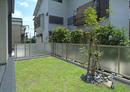 愛知県豊田市の注文住宅の広くて明るい芝生の庭