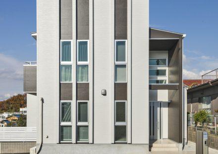 名古屋市天白区の注文住宅のストライプに窓が配置されたモダンな外観デザイン