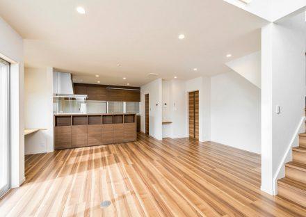 名古屋市名東区の注文住宅のキッチン裏に収納あり階段のあるLDK