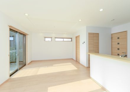 愛知県長久手市の注文住宅のナチュラルカラーの大きな窓があり明るいLDK