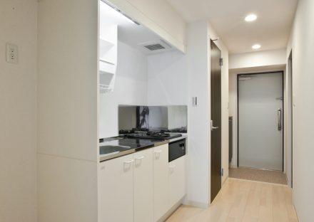 名古屋市千種区の賃貸マンションの棚の付いたコンパクトなシステムキッチン