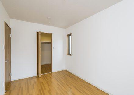 名古屋市天白区の戸建賃貸住宅のクローゼット付の木目のフローリングの2階洋室