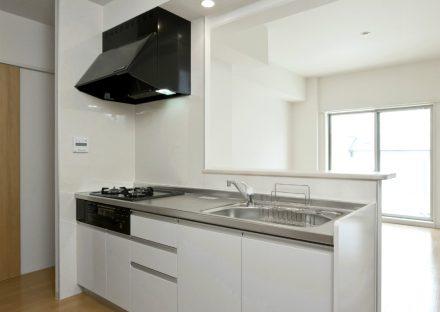 愛知県一宮市の全室角部屋の賃貸マンションの白色のオープンキッチン