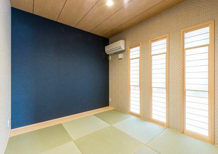 名古屋市名東区の注文住宅の青がアクセントになり、モダンなデザインの和室