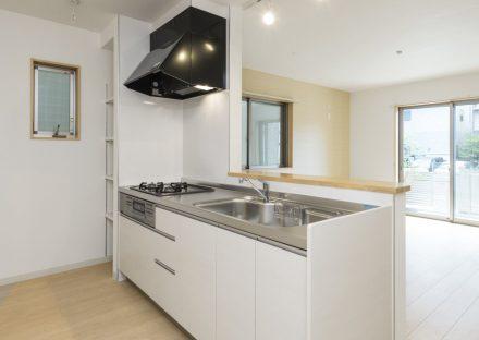 名古屋市熱田区の戸建賃貸住宅の隣に棚のある白色のシステムキッチン