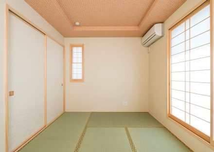 名古屋市名東区の注文住宅の障子の付の折り上げ天井のある和室の写真