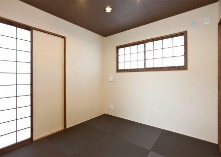 名古屋市名東区の注文住宅の黒のへりなし畳のモダンかつ落着きのある和室