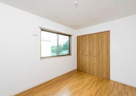 名古屋市天白区の戸建賃貸住宅の木目調の収納付き2階洋室