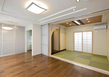 名古屋市南区の注文住宅のリビングからつながるモダンでおしゃれな和室の写真