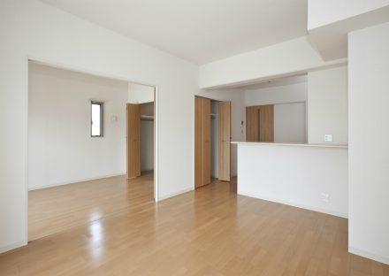 愛知県一宮市の全室角部屋の賃貸マンションのキッチン横に収納の付いたLDK&洋室