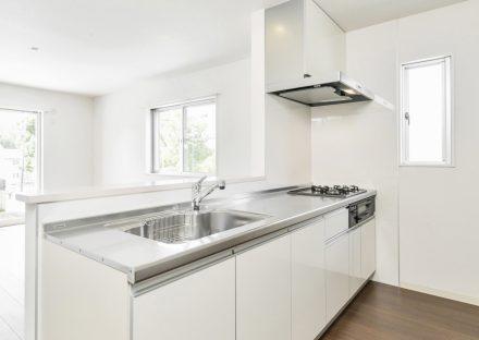 名古屋市名東区の戸建賃貸住宅の白を基調にした明るいシステムキッチン