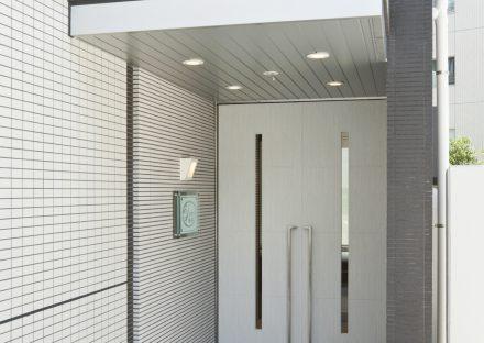 名古屋市千種区の賃貸マンションのスリットのあるドアの付いたエントランス
