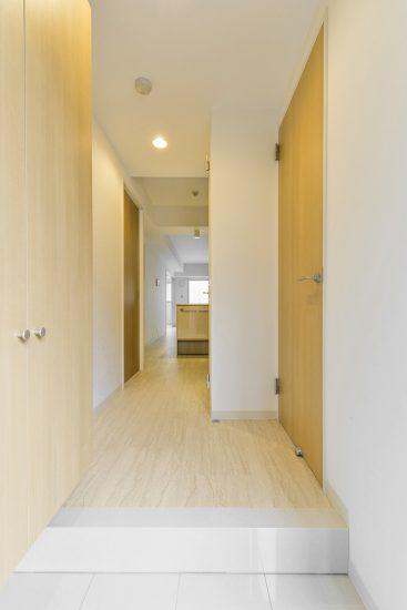 名古屋市千種区の賃貸マンションの収納付きのナチュラルカラーの玄関ホール