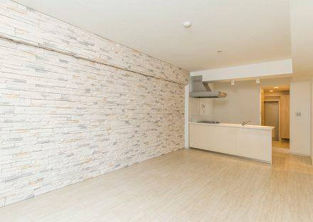 名古屋市千種区の賃貸マンションのナチュラルカラーでデザインされた壁が特徴のLDK