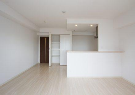 名古屋市西区の賃貸マンションのキッチン近くに収納があるLDK