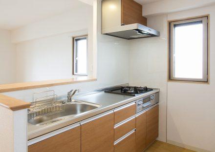 名古屋市西区の賃貸マンションの木目のオープンキッチンの写真