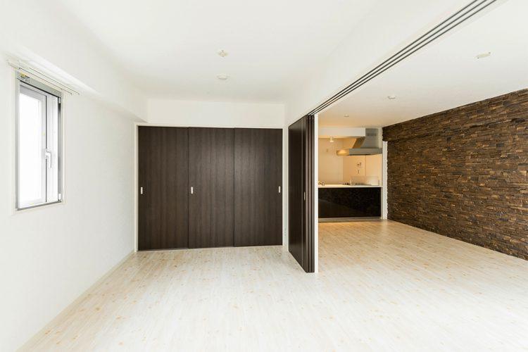 名古屋市千種区の賃貸マンションの洋室とつなげて使えるLDK 建具もダークブラウン