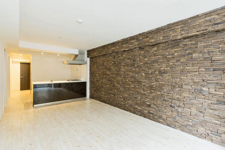 名古屋市千種区の賃貸マンションの高級感のあるダークブラウンの石調の壁が特徴のLDK