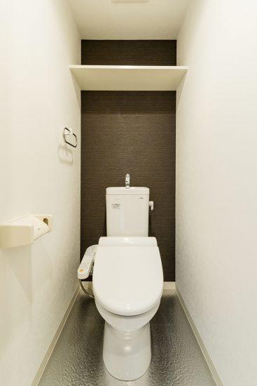 名古屋市千種区の賃貸マンションのダークブラウンのアクセントクロスがおしゃれなトイレ