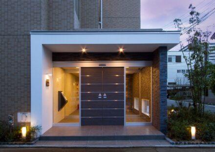 名古屋市西区の賃貸マンションのライトアップされたオートロック付き高級感あるエントランス