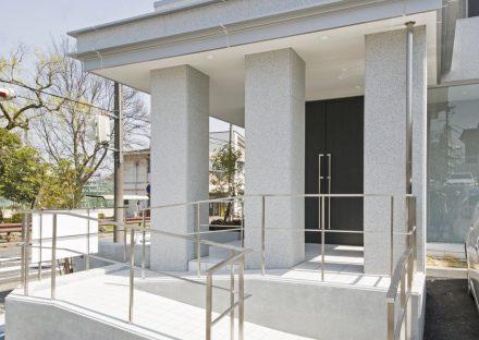 名古屋市名東区の賃貸マンションの柱が3本の柱が特徴のスロープ付きエントランス