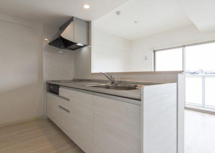 名古屋市名東区の賃貸マンションのシンプルなデザインのオープンキッチン