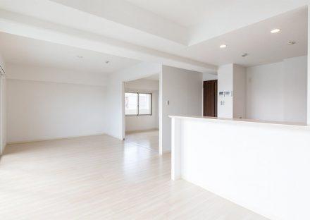 名古屋市名東区の賃貸マンションの白を基調としたシンプルなLDK
