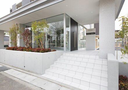 名古屋市名東区の賃貸マンションの華やかな植栽のある玄関アプローチ
