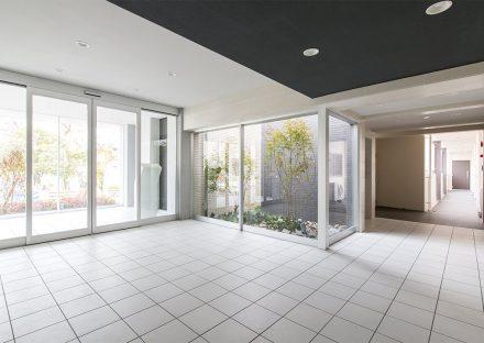 名古屋市名東区の賃貸マンションの中庭のあるエントランスホール