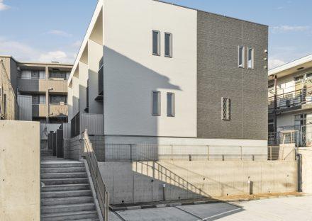 名古屋市名東区のメゾネット賃貸アパートの建物の下、玄関アプローチ横に駐車場