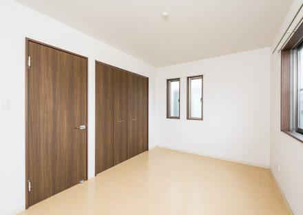 愛知県長久手市のメゾネットアパートの扉がアクセントカラーの洋室