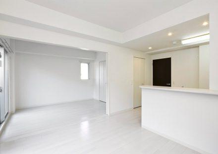 名古屋市名東区の賃貸マンションの真っ白な壁の洋室とLDK