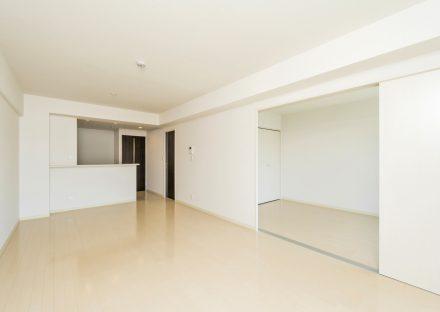 名古屋市天白区の3階建て賃貸マンションのドアの色がアクセント白を基調としたLDK&洋室