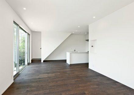 名古屋市守山区の注文住宅のモノトーンのシンプルな空間のすっきりと広いリビング