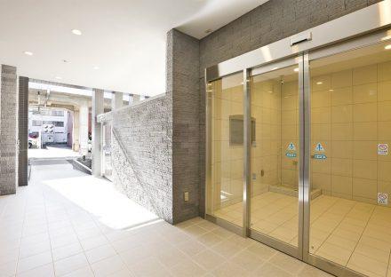 名古屋市名東区の賃貸マンションの明るいエントランス