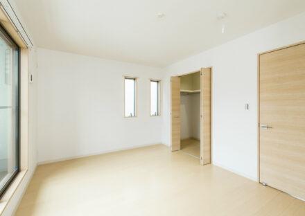 名古屋市名東区のメゾネット賃貸アパートのウォークインクローゼット付の明るい洋室